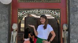 Saat kembali menjalankan perannya sebagai pemilik restoran, Tamara Bleszynski pun tak luput dari perhatian publik. Mantan istri Teuku Rafly ini terlihat memesona mengenakan kaos oblong berwarna putih, rok pendek hijau dan bandana sebagai hiasan kepala. (Liputan6.com/IG/@tamarableszynskiofficial)