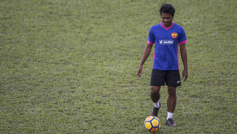 Gelandang Selangor FA, Ilham Udin Armaiyn, menggiring bola saat latihan di Lapangan SUK, Selangor, Sabtu (3/2/2018). Selangor FA bersiap jelang laga perdana Liga Super Malaysia melawan Kuala Lumpur FA. (Bola.com/Vitalis Yogi Trisna)
