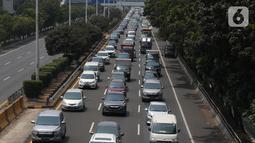 Sejumlah kendaran melintasi tol dalam kota di Jakarta, Senin (7/10/2019). Tahun depan, Badan Pajak dan Retribusi Daerah (BPRD) DKI Jakarta bisa memenjarakan penunggak pajak kendaraan bermotor dengan nilai diatas 100 juta. (Liputan6.com/Angga Yuniar)