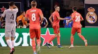 Pemain depan Real Madrid, Gareth Bale (dua kanan) melakukan selebrasi bersama Marco Asensio (kanan) usai mencetak gol ke gawang AS Roma dalam International Champions Cup (ICC) di New Jersey, AS, Selasa (7/8). (AP Photo/Julio Cortez)