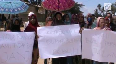 Jalan tak kunjung diperbaiki dan berdebu karena selalu dilewati mobil truk perusahaan Smelter, puluhan ibu  bersama warga memblokir jalan Trans Sulawesi.