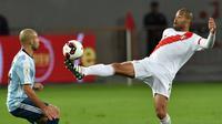 Javier Mascherano (kiri) mencoba menghadang laju pemain Peru, Alberto Rodriguez pada laga pada laga kualifikasi di Nacional Stadium, Lima, Peru. (AFP/Luka Gonzales)