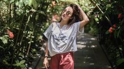Wanita berdarah Jerman ini lebih suka menggunakan blouse dan celana kain untuk outfit liburannya. Selain senang dengan gaya casual dengan perpaduan warna basic, Naomi juga sering mengandalkan mix and match fashion dengan warna pastel.(Liputan6.com/IG/@naonomnom)