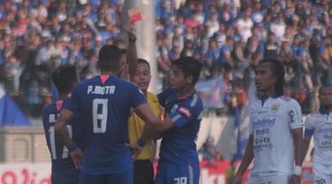 Wasit Hamim Tohari, memberikan kartu merah kepada gelandang PSIS, Patrick Mota, Minggu (21/7/2019). (Bola.com/Vincentius Atmaja).