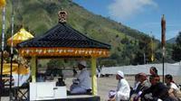 Pemangku adat memimpin sembahyangan menjelang digelar upacara Inti Yadnya Kasada, di Pura Agung Poten, Gunung Bromo, Probolinggo, Jatim, Rabu (25/8).(Antara)