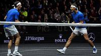 Ekspresi Roger Federer (kiri) dan Rafael Nadal dari tim Eropa usai mengalahkan tim Dunia, Sam Querrey dan Jack Sock pada turnamen tenis Laver Cup di O2 Arena, Praha, Republik Ceska, (24/9/2017). Tim Eropa menang 15-9 atas tim Dunia. (AFP/Michal Cizek)