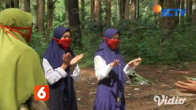 Terdapat enam orang siswi Sekolah Menengah Pertama Satu Atap, Desa Burno, Kecamatan Senduro, Lumajang, Jawa Timur ini, setiap pagi berangkat bersama menuju kawasan hutan damaran di desa setempat untuk belajar mengajar tatap muka dengan sistem guru sa...