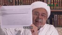 Pemimpin FPI Habib Rizieq Shihab menunjukkan selembar kertas yang dklaim pencekalan dirinya keluar dari Arab Saudi. (Channel Youtube Front TV)