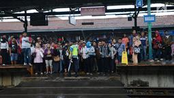 Penumpang menunggu rangkaian kereta Commuter Line di Stasiun Manggarai, Jakarta, Selasa (22/1). PT. Kereta Commuter Indonesia (KCI) menutup jalur 10 Stasiun Manggarai tujuan Depok dan Bogor sejak 23 Januari sampai 8 Maret 2019. (Merdeka.com/Imam Buhori)