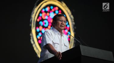Ketua Umum Partai Gerindra Prabowo Subianto menyampaikan materi saat menjadi narasumber dalam Conference on Indonesia Foreign Policy 2017 di Jakarta, Sabtu (21/10). Diskusi tersebut membahas sebuah percakapan bipartisan. (Liputan6.com/Faizal Fanani)