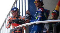 Pembalap Repsol Honda, Marc Marquez (kiri) dan rider Suzuki, Alex Rins (kanan), pada podium MotoGP Jerez, Minggu (5/5/2019). (AFP/Gabriel Bouys)