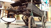 Tiga kereta jenazah peninggalan era kolonialisme Belanda dipamerkan setiap dua minggunya di halaman Kantor Kelurahan Kutowinangun Lor, Tingkir, Salatiga. (Tunggul Kumoro/JawaPos.com)