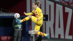 Penyerang Barcelona, Antoine Griezmann mengontrol bola saat bertanding melawan Atletico Madrid pada pertandingan lanjutan La Liga Spanyol di stadion Wanda Metropolitano di Madrid, Spanyol, Sabtu (21/11/2020). Atletico menang tipis atas Barcelona 1-0. (AP Photo/Bernat Armangue)