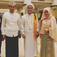 Tommy Kurniawan dan Risty Tagor mengaji bersama Gus Anom. (Instagram/tommykurniawann)