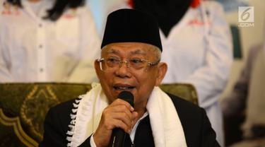 Calon wakil presiden nomor urut 01 Ma'ruf Amin saat ngobrol santai bareng wartawan di rumahnya, Jakarta, Kamis (6/12). Ma'ruf bercerita tentang dirinya yang dikabarkan jatuh sakit. (Merdeka.com/Imam Buhori)