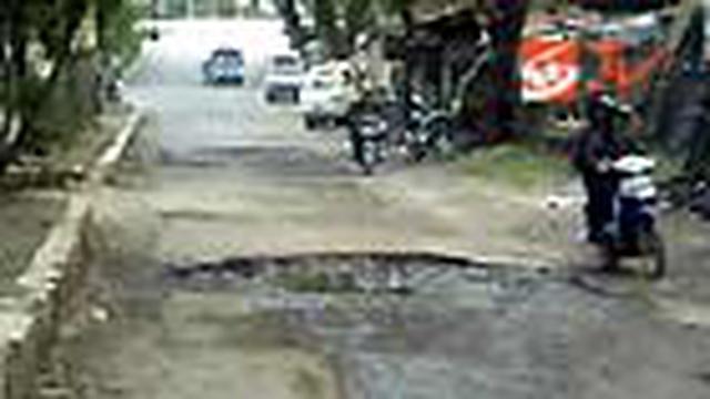 Sejumlah ruas jalan di Kota Bandung, Jabar, rusak parah. Kondisi jalan penuh tanah dan licin. Padahal, tak sedikit ruas jalan yang rusak merupakan akses menuju Kabupaten Bandung.