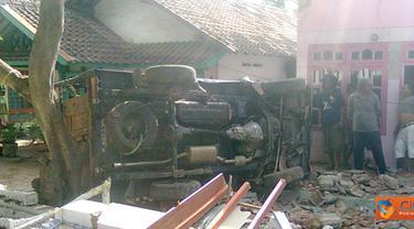 Citizen6, Banyuwangi: Dikabarkan sebelumnya pick up tersebut sempat menabrak seseorang yang akhirnya menyebabkan sapi yang di angkut tersebut kaget dan kemudian serentak membuat oleng mobil tersebut. (Pengirim: Ifqy Yanto)