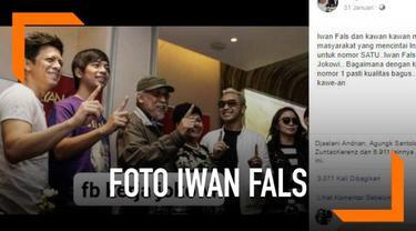 Sebuah foto yang menampilkan musisi Iwan Fals mengacungkan satu jari viral di media sosial.