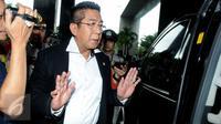 Anggota DPR Fraksi PDIP Henry Yosodiningrat  berjalan memasuki Gedung KPK, Jakarta, (12/2). Ia melaporkan dugaan korupsi aset Pemrov DKI Jakarta yang dikelola oleh PT Jakarta Propertindo (Jakpro) yang bernilai triliunan. (Liputan6.com/Helmi Afandi)