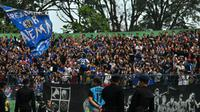 Aksi Aremania ketika di Stadion Gajayana, Malang dalam laga melawan Persipura (4/7/2019). (Bola.com/Iwan Setiawan)