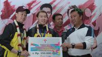 Kevin Sanjaya/Marcus Gideon menerima bonus dari Menpora, Imam Nahrawi saat tiba di Bandara Soekarno-Hatta, Cengkareng, (20/3/2018). Kevin/Marcus masing-masing menerima Rp. 250 juta. (Bola.com/Nick Hanoatubun)