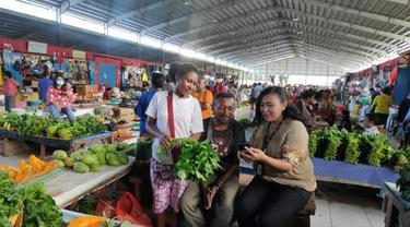 Mantri BRI Valentine Ona Ollyvia Simaela (33) rela menempuh perjalanan 4 jam perjalanan darat dan laut demi bertemu  para nasabah di Papua.