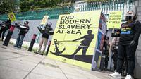 Sejumlah aktivis yang tergabung dalam Serikat Buruh Migran Indonesia (SBMI) melakukan aksi di depan Kedutaan Besar Republik Rakyat China, Jakarta, Kamis (17/12/2020). Aksi ini juga dilaksanakan dalam rangka peringatan Hari Buruh Migran Sedunia. (Liputan6.com/Faizal Fanani)