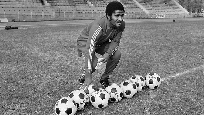 2. Eusebio (Portugal), bintang yang dalam kariernya sukses mencetak 790 gol dari 809 pertandingan ini meraih Ballon d'Or pada tahun 1965. Prestasi terbaiknya bersama Portugal hanya posisi ketiga Piala Dunia 1966. (AFP/Staff)