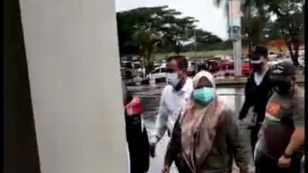 Bupati Kolaka Timur yang Terjaring OTT Digelandang ke Gedung KPK