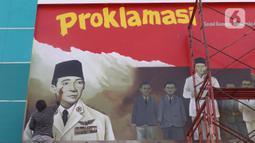 Pekerja tengah membuat mural detik detik proklamasi kemerdekaan Republik Indonesia di Pondok Aren, Tangerang Selatan, Rabu (22/7/2020). Pembuatan mural tersebut untuk menyambut HUT Kemerdekaan RI ke-75 pada bulan Agustus mendatang. (Liputan6.com/Angga Yuniar)