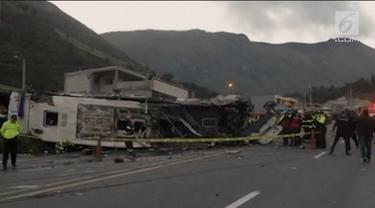 Sebuah bus pariwisata yang membawa turis dari Kolombia dan Venezuela mengalami kecelakaan di Ekuador, menewaskan 24 orang dan melukai 15 orang lainnya.