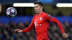 1. Robert Lewandowski (Bayern Munchen) - Lewandowski memuncaki sementara top scorer Liga Champions 2019/2020 dengan torehan 11 gol. (AFP/Ben Stansall)