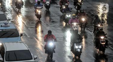 FOTO: Waspada Hujan Angin di Jakarta Dampak Siklon Molave