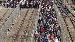 Penumpang memadati peron di Stasiun Tanah Abang, Jakarta, Senin (4/1). Usai Libur Panjang, warga Ibu Kota kembali beraktivitas seperti biasa, yang ditandai dengan kepadatan di stasiun, jalan, serta gedung perkantoran. (Liputan6.com/Immanuel Antonius)