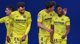 Para pemain Villarreal merayakan gol ke gawang barcelona yang dicetak gelandang Samuel Chukwueze (kanan) dalam laga lanjutan Liga Spanyol 2020/2021 pekan ke-32 di The Ceramica Stadium, Villarreal, Minggu (25/4/2021). Villarreal kalah 1-2 dari Barcelona. (AFP/Jose Jordan)