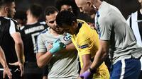 Pedro Rodriguez terlihat mengeluhkan rasa nyeri pada bagian bahu ketika Chelsea menghadapi PAOK pada laga Liga Europa. (AFP/Sakis Mitrolidis)