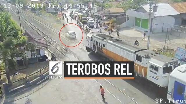 Sebuah mobil ditabrak kereta di Tegal setelah bannya tersangkut di tengah rel saat melintas. mobil diduga menerobos palang pintu lintasan yang sudah tertutup.