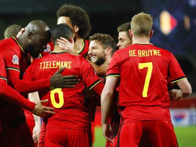 Para pemain Belgia merayakan gol yang dicetak oleh Youri Tielemans ke gawang Inggris pada laga UEFA Nations League di Stadion King Power, Senin (16/11/2020). Belgia menang dengan skor 2-0. (AP/Francisco Seco)