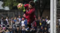 Kiper Persib Bandung, I Made Wirawan, menangkap bola saat latihan. Rencananya Atep dan kawan-kawan akan melakukan uji coba melawan Barito Putera pada, Rabu (5/4/2017). (Bola.com/Vitalis Yogi Trisna)