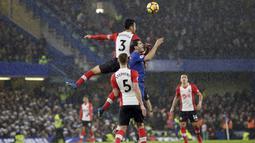 Aksi pemain Southampton, Maya Yoshida (atas) menghalau bola dari kejaran pemain Chelsea, Alvaro Morata  pada laga Premier League di Stamford Bridge, London, (16/12/2017). Chelsea menang 1-0. (AP/Tim Ireland)