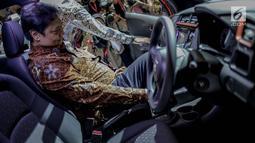 Menteri Perindustrian Airlangga Hartarto mencoba mobil Mercedes-Benz yang dipamerkan pada pameran otomotif Indonesia International Motor Show (IIMS) 2019 di JiExpo Kemayoran, Jakarta, Kamis (25/4). Hajatan tahun ini, acara resmi dibuka oleh Menperin Airlangga Hartarto. (Liputan6.com/Faizal Fanani)