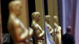 Patung Oscar berdiri tegak di karpet merah dalam persiapan gelaran ke-88 Academy Awards di Hollywood, Los Angeles , California, (27/2). Piala Oscar akan disajikan di Teater Dolby pada 28 Februari 2016.  (REUTERS / Lucy Nicholson)