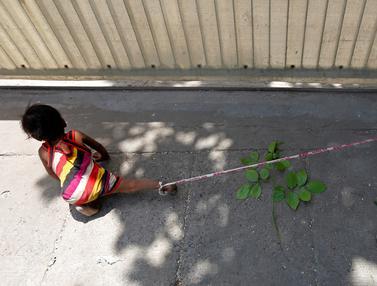 20160518-Sungguh Miris, Buruh India Ikat Bayi di Batu Saat Bekerja-India