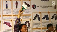Peserta lelang mengangkat tanda keanggotaan dalam 110 Tahun Lelang Indonesia di Galeri Nasional, Jakarta, Rabu (28/2). Acara ini digelar oleh Direktorat Jenderal Kekayaan Negara Kementerian Keuangan (DJKN Kemenkeu). (Liputan6.com/Angga Yuniar)