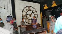 Satpol PP Tuban mengecek kafe yang menjadi lokasi mesum pasangan remaja. (Ahmad Adirin/Liputan6.com)
