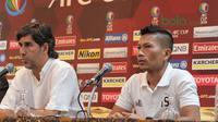 Kapten Persija Jakarta, Ismed Sofyan dan pelatih Persija Jakarta, Stefano Teco memberikan keterangan pada konferensi pers di Hotel Sultan, Jakarta, Senin (09/04/2018). (Bola.com/Nick Hanoatubun)