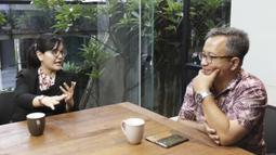 Sekjen PSSI, Ratu Tisha, berdiskusi dengan Editor in Chief KLY Sports, Darojatun, saat mengunjungi Kantor Redaksi KLY di Jakarta, Jumat (16/3). (Bola.com/Yoppy Renato)