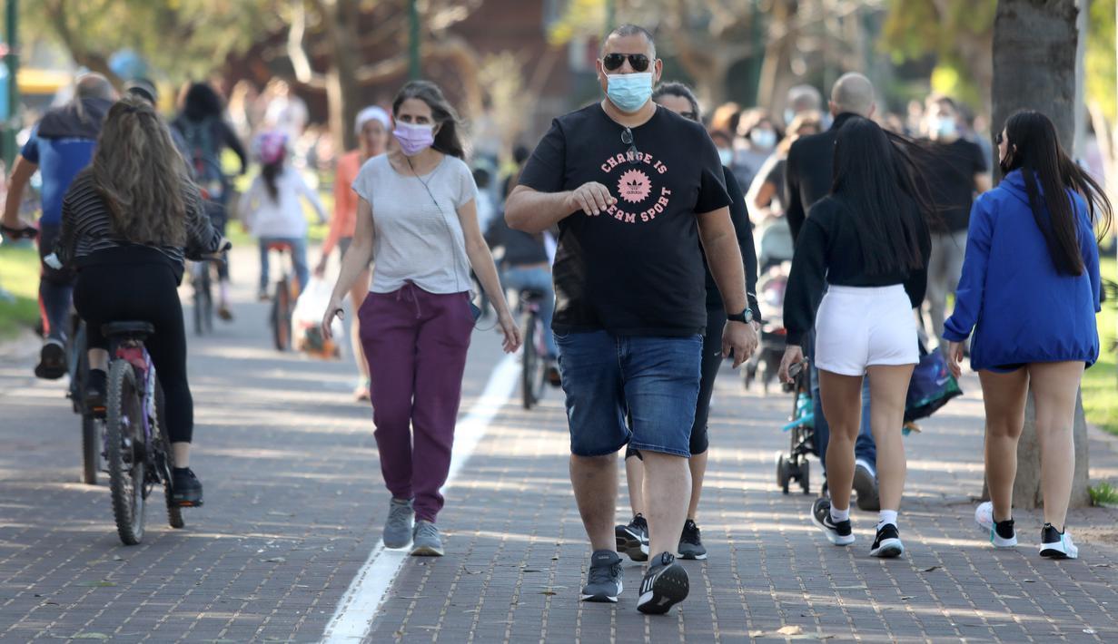 Sejumlah orang menikmati hari yang cerah di Tel Aviv, Israel, pada 26 Desember 2020. Karantina wilayah (lockdown) penuh ketiga akan diberlakukan secara nasional di Israel mulai Minggu (27/12) pukul 17.00 waktu setempat. (Xinhua/JINI/Gideon Markowicz)