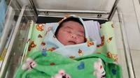 Bayi jumbo seberat 5,7 kilogram lahir di Cilacap dengan persalinan normal. (Liputan6.com/Muhamad Ridlo)