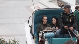 Cathy Sharon dan Julie Estelle terlihat beberapa kali menghabiskan liburan bersama. Cathy dan Julie terlihat pernah berlibur ke Greece dan sedang menaiki kereta kuda. Seru banget ya! (Liputan6.com/IG/@cathysharon)